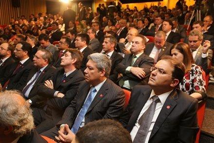Eleito com 64 votos, Marcus Vinicius (à dir.) presidirá a OAB no triênio 2013/2016.